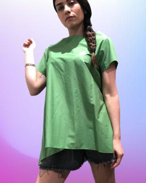 camicia verde con scollo a barca